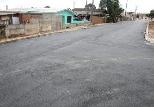 Três ruas do bairro da Vila Rosa estão recebendo pavimentação asfáltica