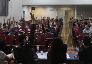 Professores da UEPG votam em assembleia por estado de greve