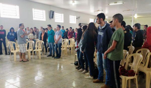 Jovens se preparam para receber o sacramento da Crisma