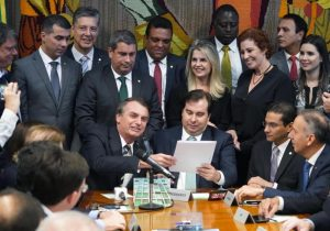 Bolsonaro entrega na Câmara projeto que altera a CNH