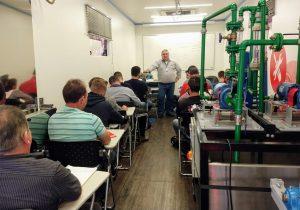 Alunos começam curso de Manutenção Mecânica Industrial em unidade móvel