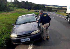 Carro com alerta de furto foi abandonado na BR 277 em Palmeira