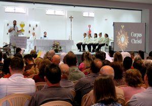Comunidade católica se reúne para celebrar Corpus Christi