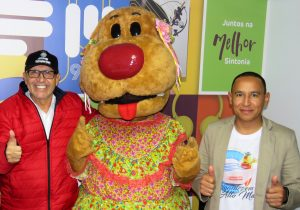 Mascote das lojas MM esteve em Palmeira e visitou a Rádio Ipiranga FM