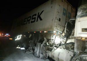 Colisão entre caminhões deixa dois homens feridos na BR 277