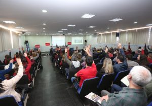 Professores da UEPG votam por suspensão da greve