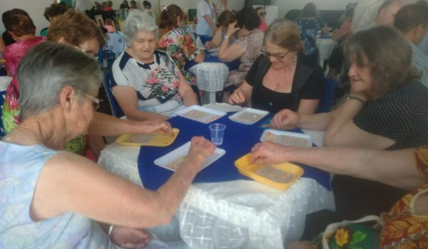 Idosos participam de bingo recreativo no Centro do Idoso