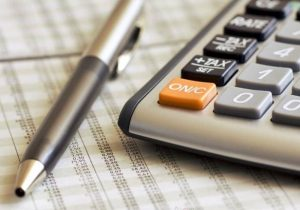 Pesquisa aponta que quase 90% dos brasileiros vai usar 13º para quitar dívidas