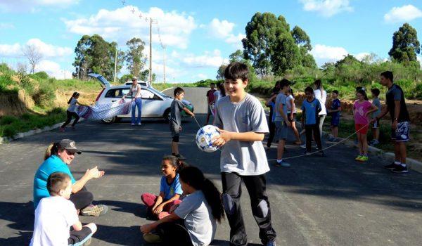 Iniciativa de professora da rede municipal com brincadeiras de rua inspira projeto de lei