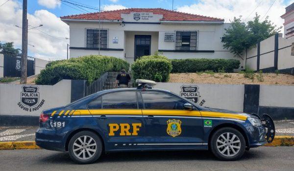 Após alta do hospital, PRF encaminha para Delegacia homem  que transportava droga