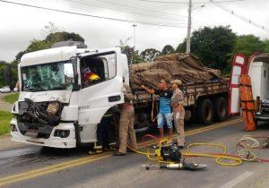 Colisão caminhão x caminhão na PR 151