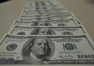 Dólar passa de R$ 4,28 e fecha no maior nível desde criação do real