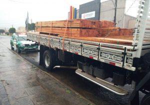 Polícia Ambiental apreende caminhão carregado de madeira na BR 277, em Palmeira