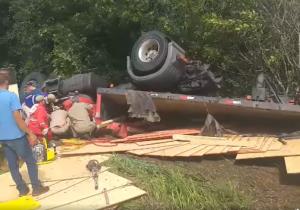 Corpo de Bombeiros atende tombamento de caminhão na 'Serrinha'