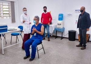 Enfermeiro foi a primeira pessoa de Palmeira a receber dose da vacina contra Covid-19