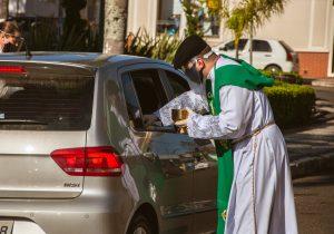 Paróquia retorna com distribuição da Eucaristia na modalidade Drive Thru