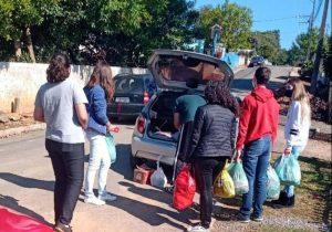 Jovens do grupo 'Conectados em Cristo' doam alimentos arrecadados