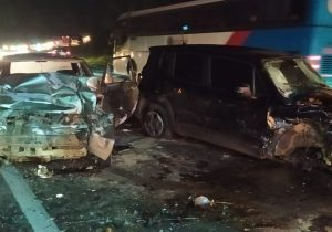 Acidente entre três carros e caminhão na BR 277 deixa duas pessoas feridas